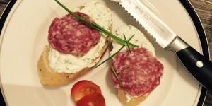 Crostini mit Ricotta und Fenchelsalami
