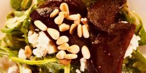 Geröstete Rote Beete mit Schafskäse auf einem Salatbett